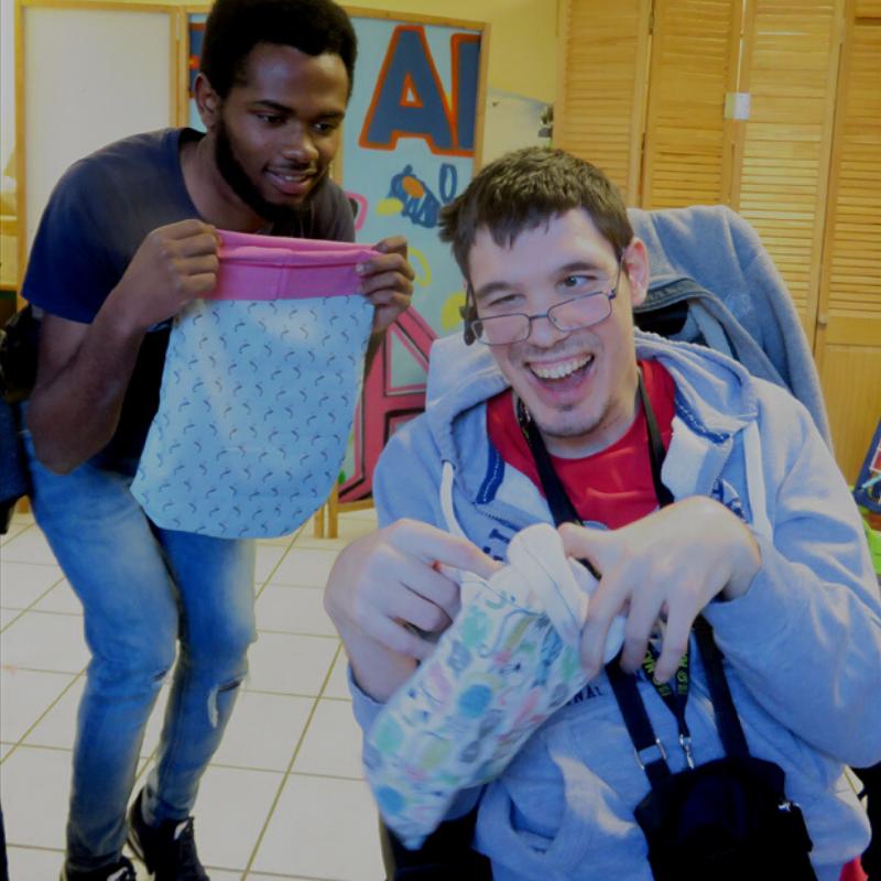 Adhérent et bénévole lors de l'atelier couture APF France handicap pour les kangourous d'Australie