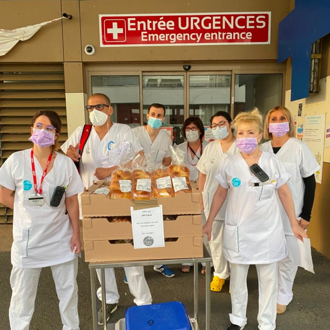 Le personnel hospitalier du CHU de Grenoble reçoit un don de brioches d'APF France handicap