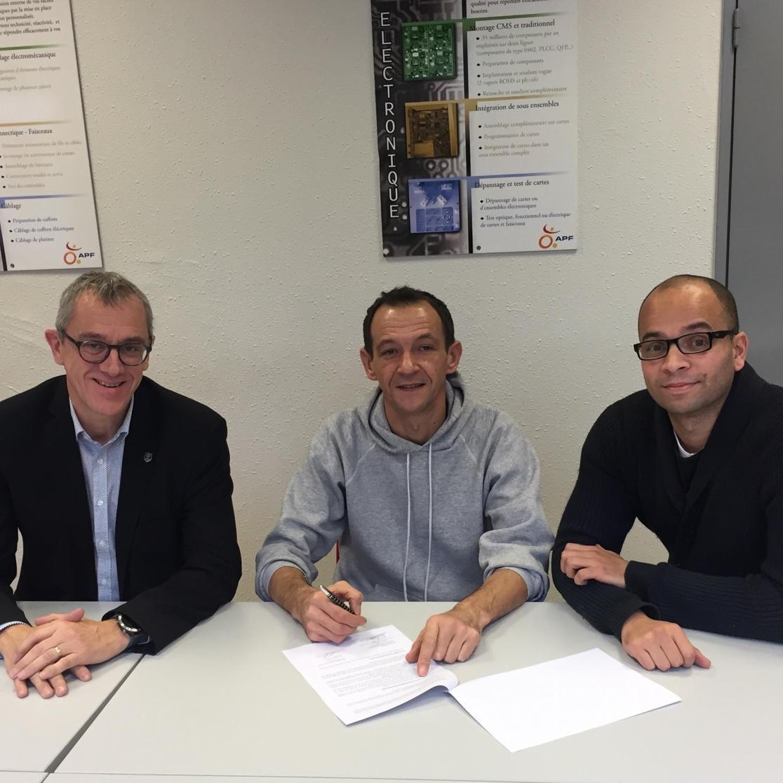 Franck Suzon, directeur APF Entreprises Alsace, David Gillig, salarié en CDD Tremplin dans le secteur électrotechnique, Matthieu Amiens, agent de maîtrise électrotechnique