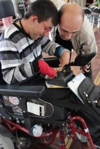Un acteur de l'APF avec une jeune personne en situation de handicap