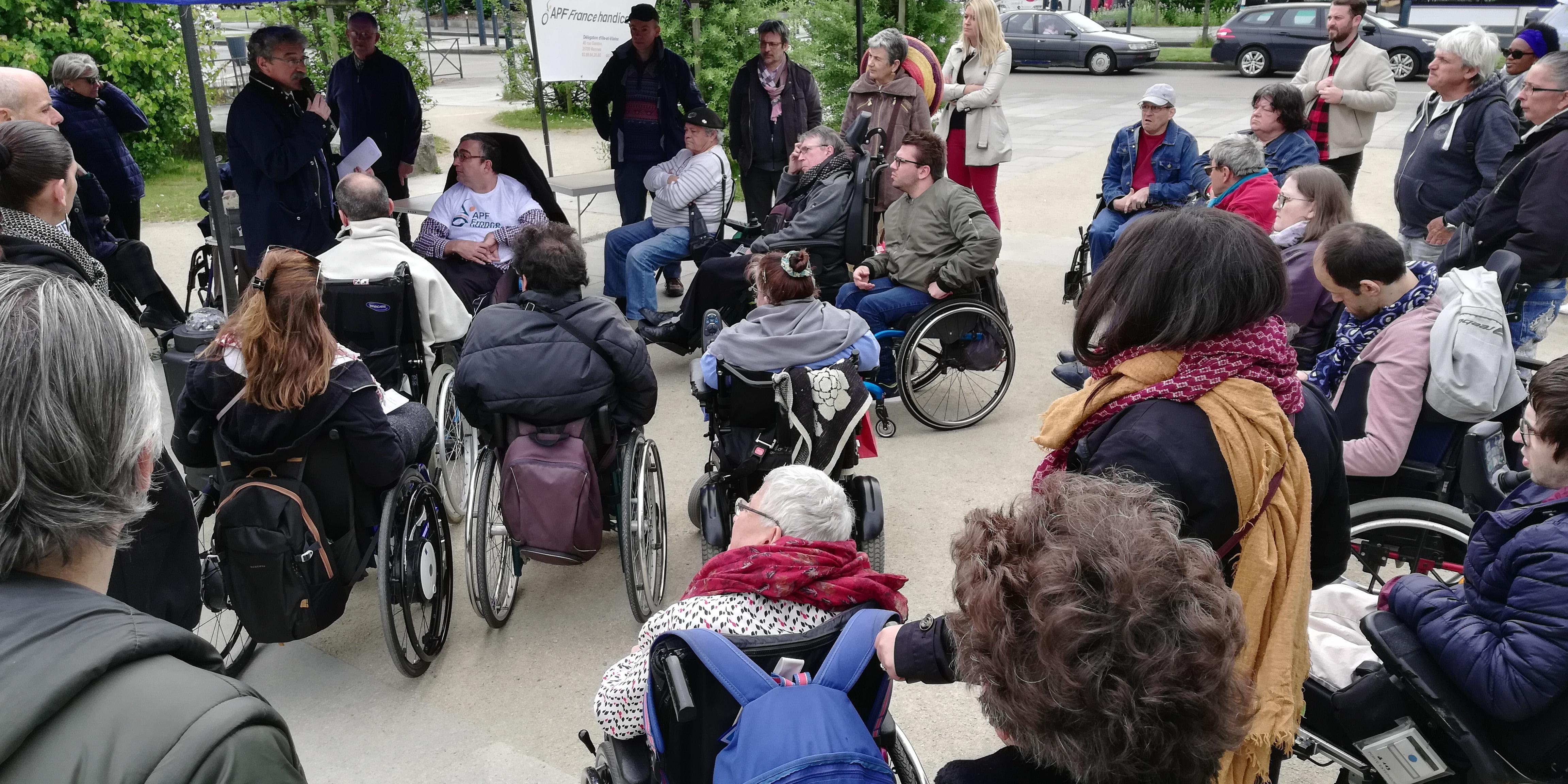 Rassemblement citoyen à Rennes lors de la Caravane APF France handicap en route pour nos droits