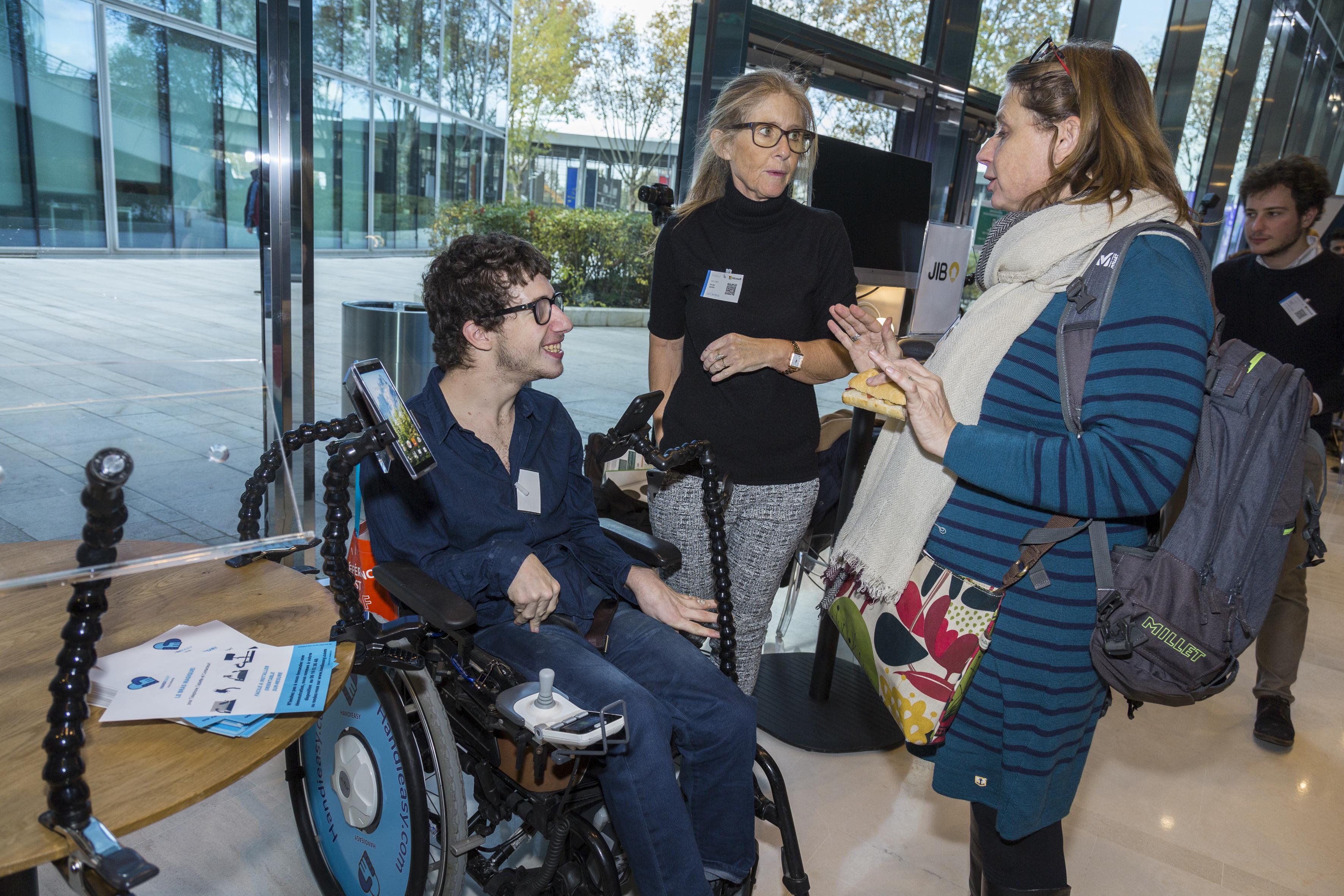 Stand handieasy et son bras de support flexible adapté aux fauteuils roulants