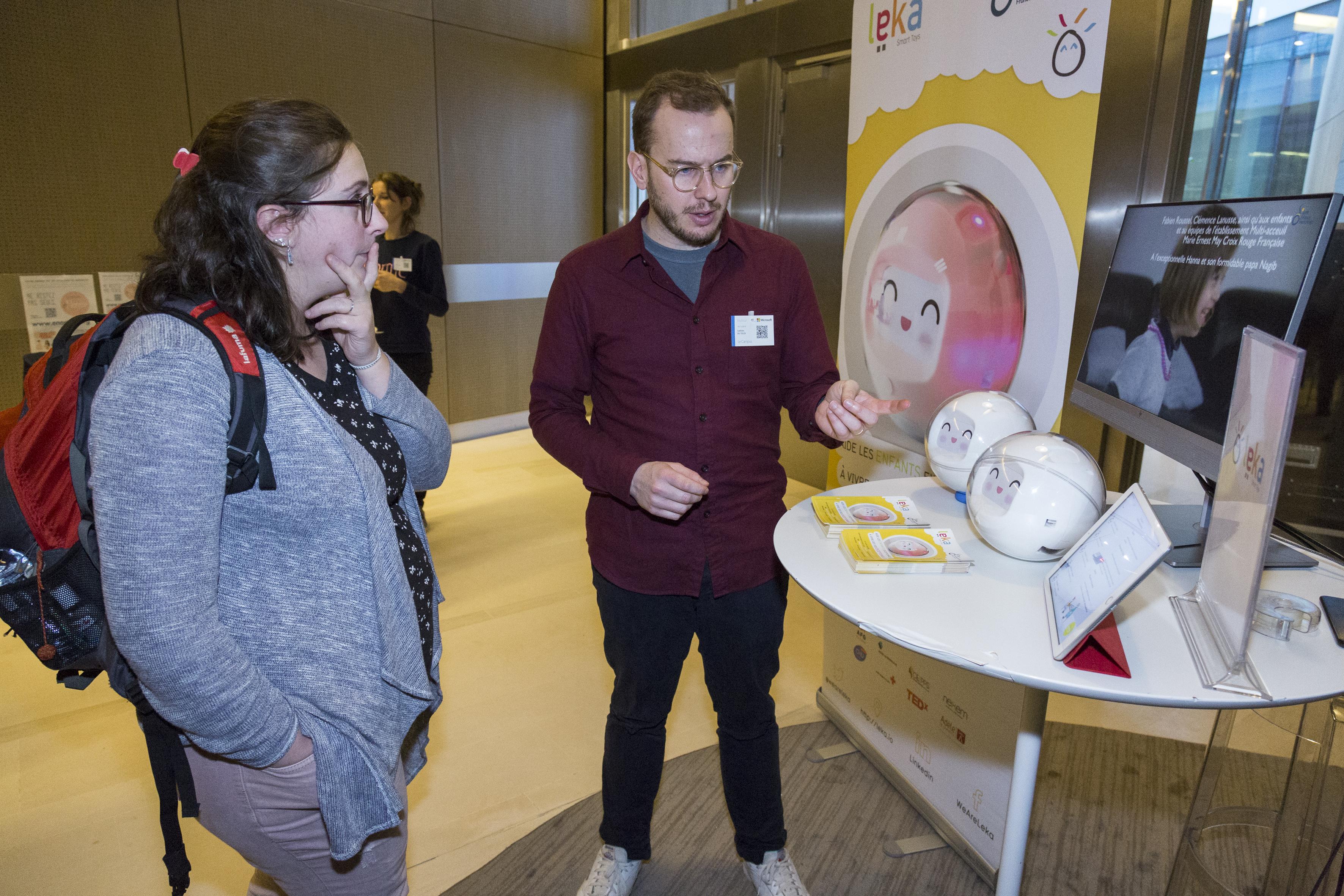 Stand du robot leka, qui assiste les enfants à besoins particuliers.