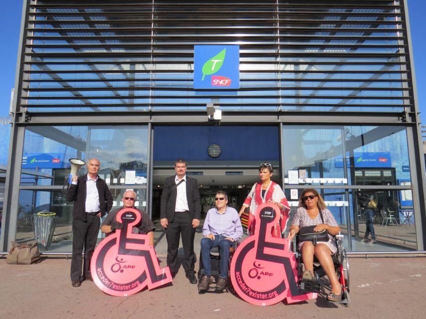 manifestation APF France handicap pour l'accessibilité des transports