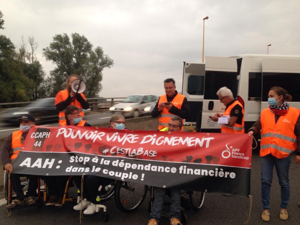 Mobilisation pour la déconjugalisation de l'AAH : des manifestants APF France handicap bloquent le périphérique de Nantes