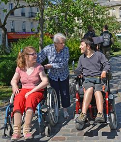 Un testatrice avec 2 jeunes personnes en situation de handicap