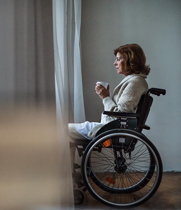 Femme en situation de handicap seule
