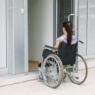 Visuel pour A l'attaque des marches pour accéder aux lieux de soins