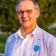 Visuel pour Les insignes de Chevalier de l'ordre national du Mérite remis à Prosper Teboul, Directeur général d'APF France handicap