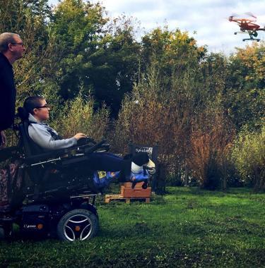 Jeune en situation de handicap pilotant un drone