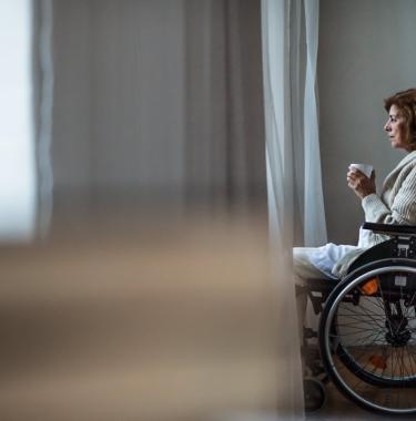 Solitude femme en fauteuil roulant