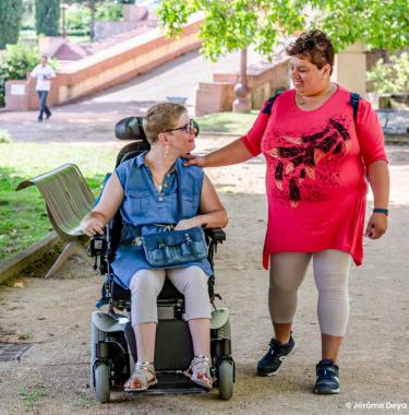Une personne en situation de handicap et son aidante